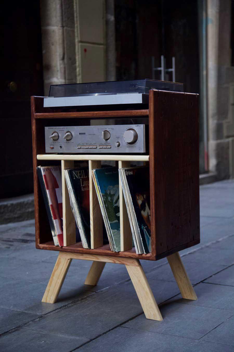 Mueble para tocadiscos hecho con madera de palet desde abajo derecha
