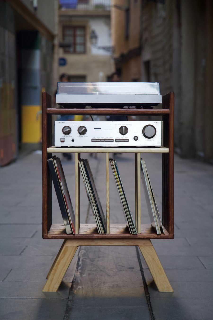 Frontal del mueble para tocadiscos hecho con madera de palet