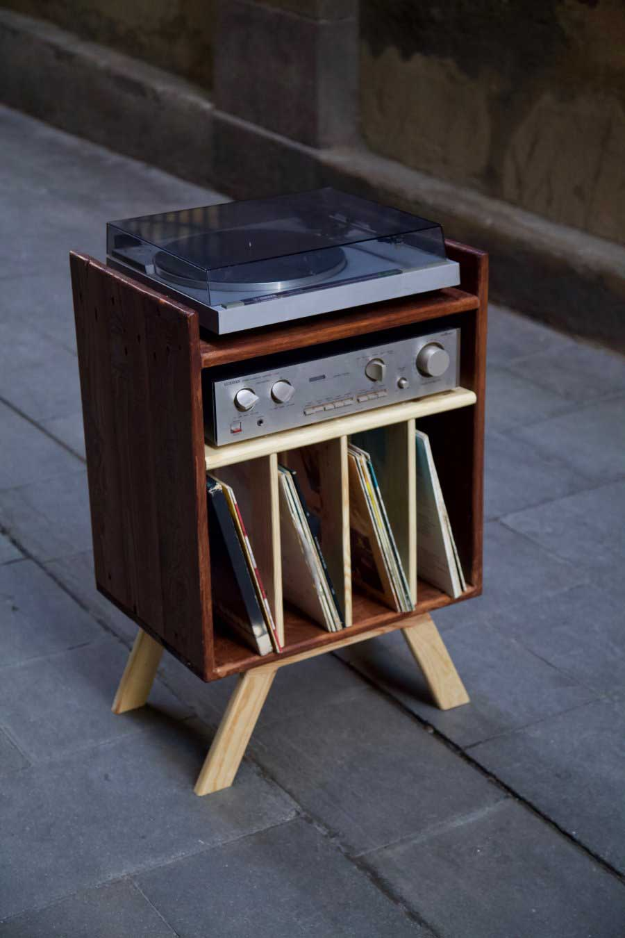 Mueble para tocadiscos hecho con madera de palet desde arriba izquierda
