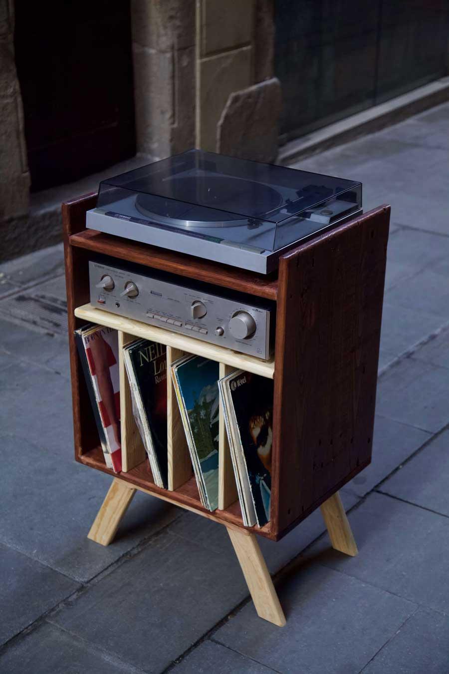 Mueble para tocadiscos hecho con madera de palet desde arriba derecha