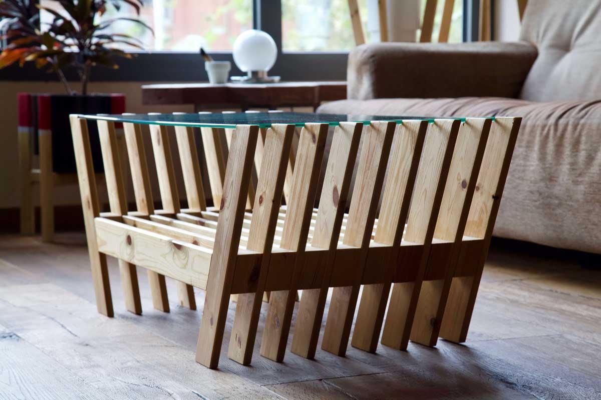 Mesa hecha con láminas de palet desde atrás en contraluz