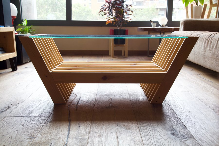 Mesa hecha con láminas de palet desde el lateral en contraluz