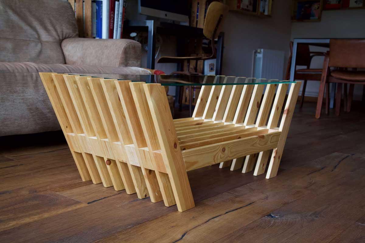 Mesa hecha con láminas de palet desde abajo en lateral