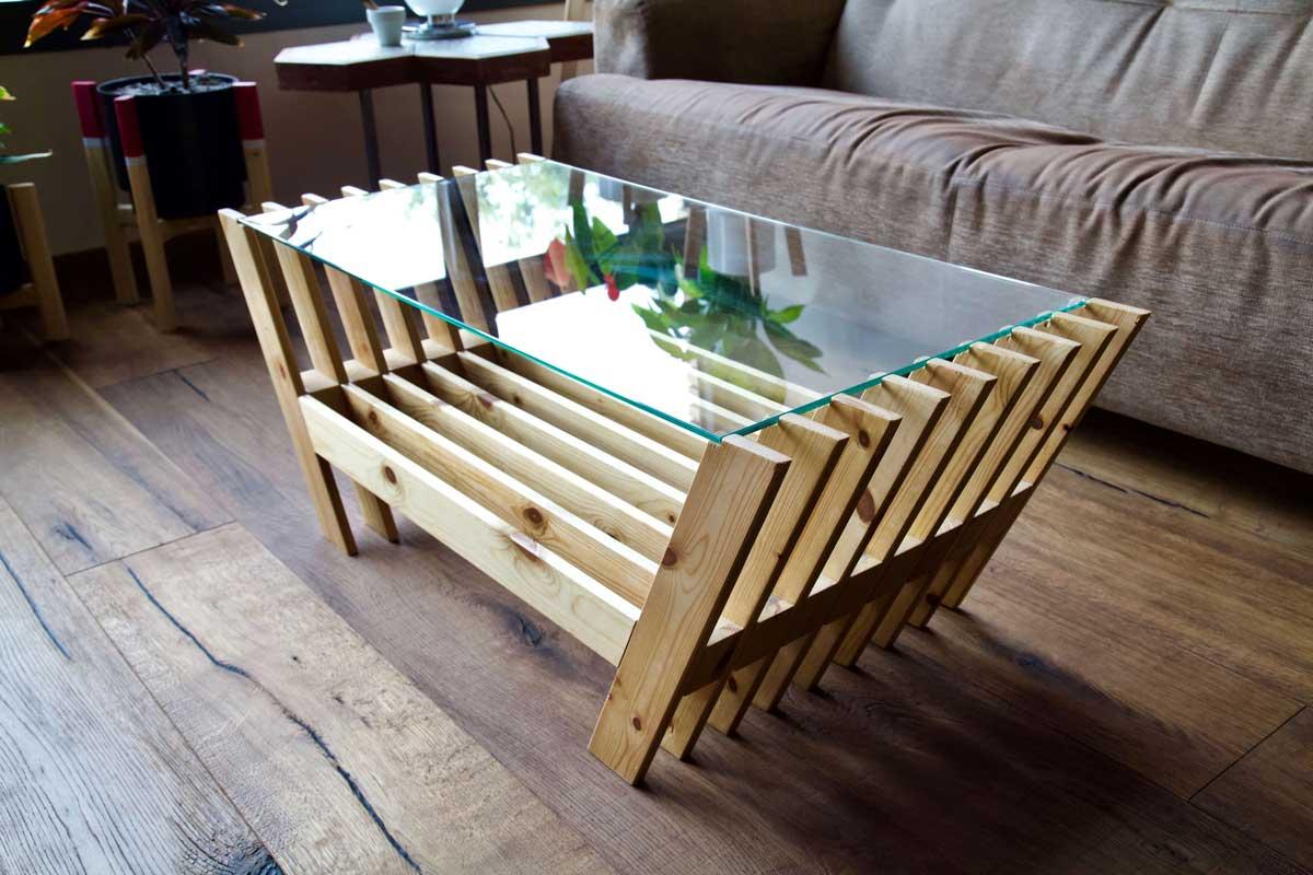 Mesa hecha con láminas de palet desde arriba en lateral