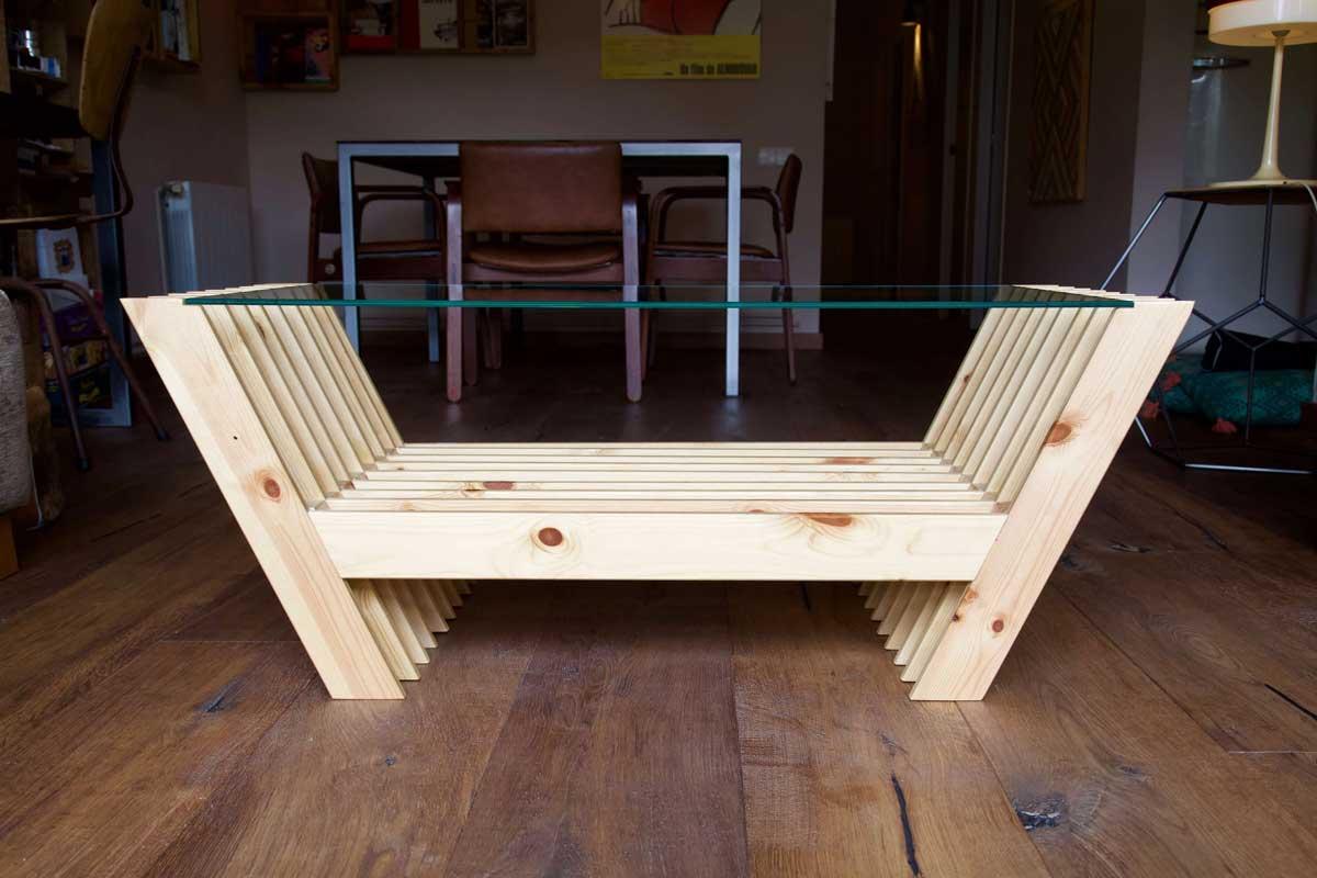 Mesa hecha con láminas de palet desde el lateral